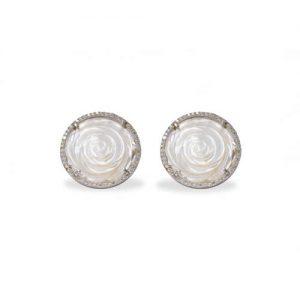 Imagen de los pendiente plata rodiada con un motivo de una rosa blanca